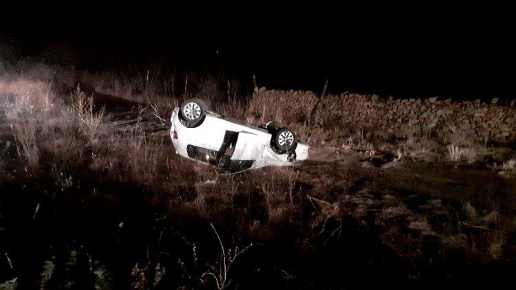 Veículo com 5 passageiros da mesma família capota e criança de 2 anos é arremessada para fora do carro